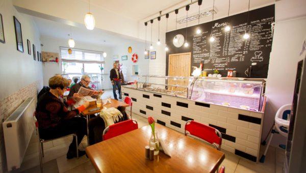 Realizacja projektu i wykonania Bar Mleczny SMAK. Lokal gastronomiczny projekt autorstwa Sara Tokarczyk. Stylistyka mieszana nowoczesność i vintage.