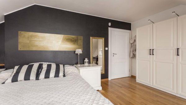 Sypialnia zaprojektowane przez firmę Smart Design. Stonowane kolory we wnętrzu nowoczesnej sypialnie w domu jednorodzinnym Bydgoszcz Fordon.