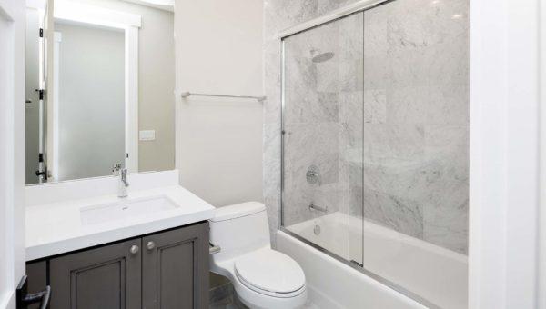 Nowoczesne łazienka w bloku zaprojektowana i wykonana przez firmę Smart Design. Realizacja projektu w Bydgoszczy.