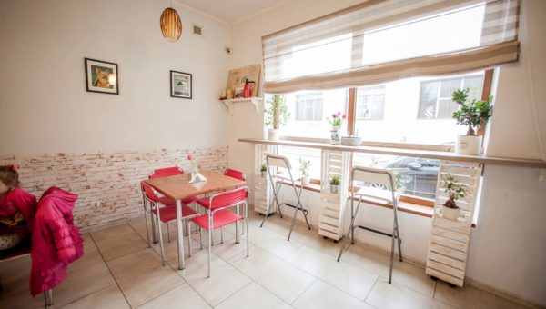 Jasne wnętrze, wysokie hokery i klasyczne stoły to wyposażenie lokalu gastronomicznego wykonanego prze Smart Design.