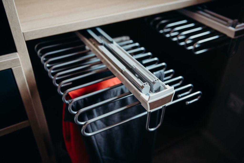 Projekt nowoczesnej i przede wszystkim funkcjonalnej garderoby - idealne wykorzystanie przestrzeni.