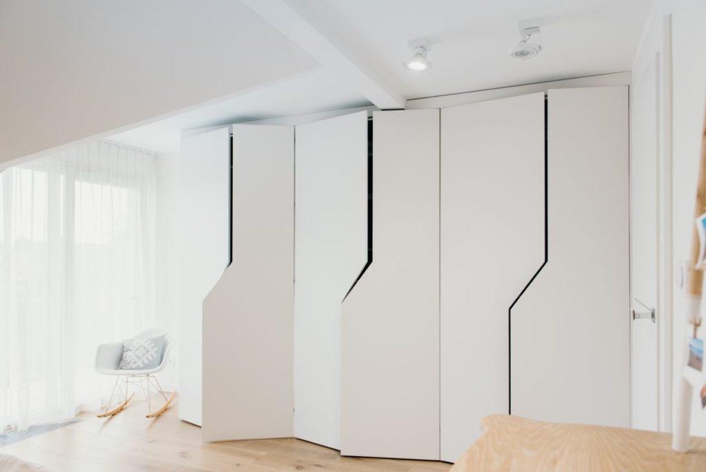 Przykład wykonania nowoczesnej garderoby na wymiar przez Smart Design Bydgoszcz