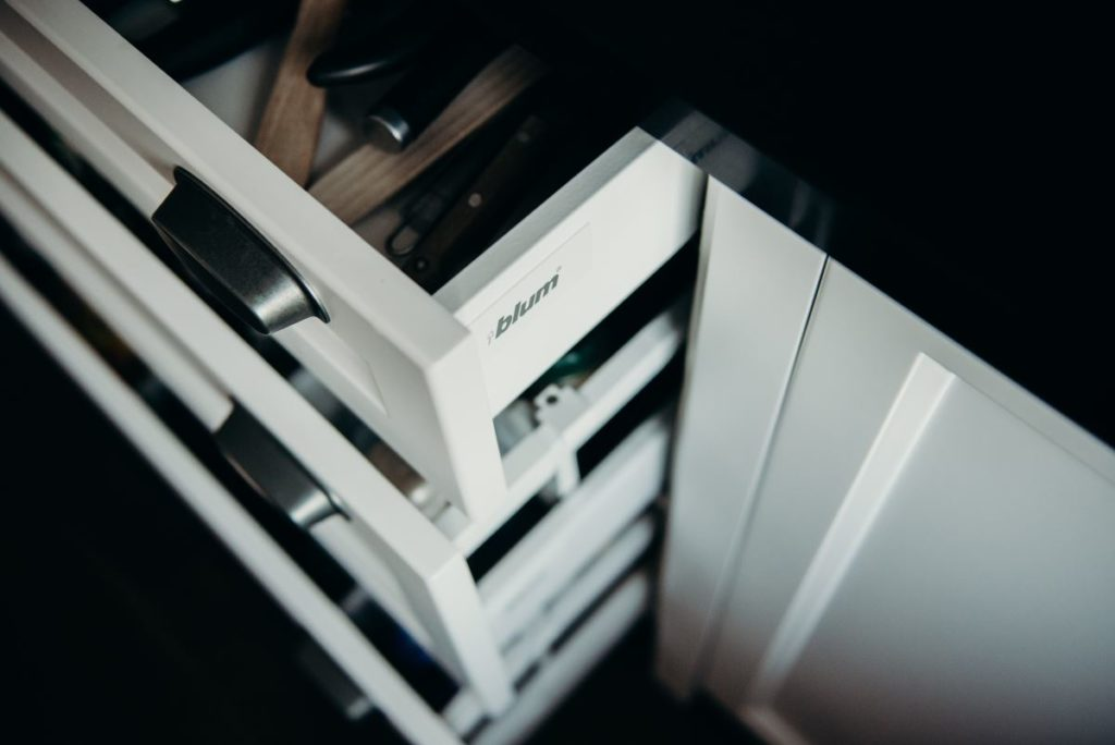 W naszych projektach kuchni na wymiar stosujemy tylko najwyższej jakości komponenty, np Blum